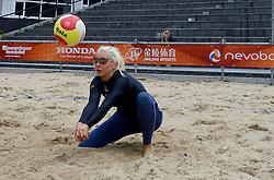 20150618 NED: WK Beach volleybal training op het Spui, De Nederlandse beachers hebben vandaag hun tweede training gehad op de WK trainingsvelden. Op het Spuiplein werden de velden druk bezocht / Joy Stubbe