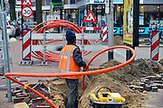 Nederland, Nijmegen, 20-2-2014Turkse werknemers van de BAM leggen glasvezelkabel in het centrum van de stad voor Tele2.eerst een brede buis waarin later de afzonderlijke draden getrokken worden.Foto: Flip Franssen/Hollandse Hoogte