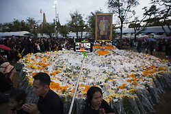 October 22, 2016 - Bangkok, Thailand - A Thai mourner offers flowers as she prays for late Thai King Bhumibol Adulyadej outside the Grand Palace in Bangkok, Thailand, on October 22, 2016. King Bhumibol, the world's longest reigning monarch, died at the age of 88 in Siriraj Hospital in Bangkok on 13 October 2016. (Credit Image: © Anusak Laowilas/NurPhoto via ZUMA Press)