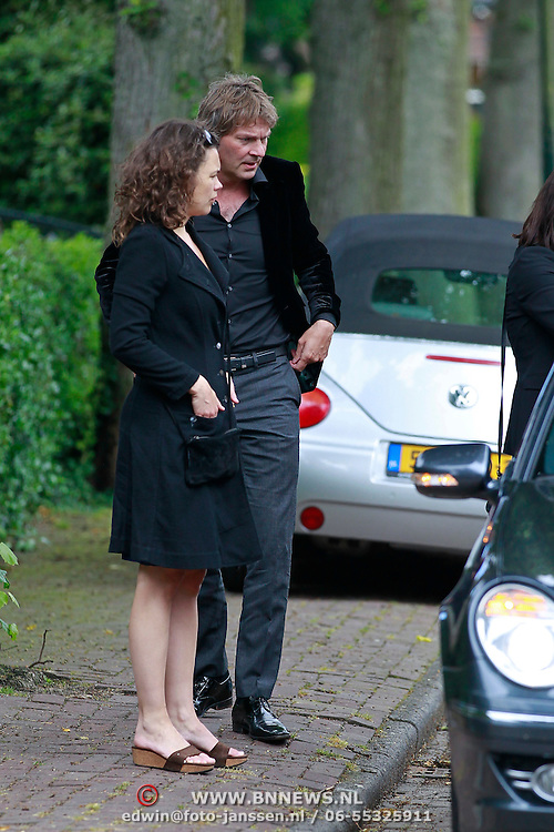 NLD/Blaricum/20110607 - Uitvaart Willem Duys, Matthijs van Nieuwkerk, eindedactrice Diewke Wynia (met zwarte jas) en medewerksters