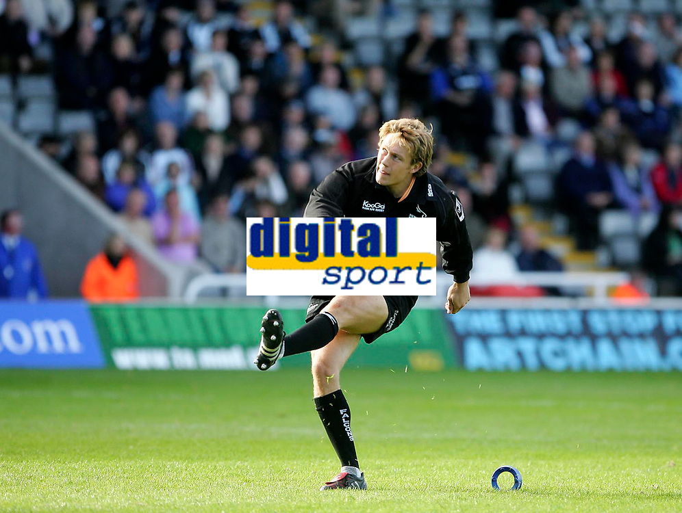 Photo: Andrew Unwin.<br /> Newcastle Falcons v Sale Sharks. Powergen Cup.<br /> 02/10/2005.<br /> Newcastle's Jonny Wilkinson converts Matthew Burke's try.