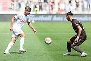 Fussball: 2. Bundesliga, FC St. Pauli - Holstein Kiel, Hamburg, 25.07.2021<br /> Fin Bartels (Kiel, l.) - Leart Paqarada (Pauli)<br /> © Torsten Helmke