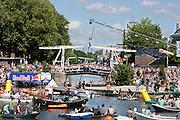 Aan de Muntkade in Utrecht wordt een poging gedaan de Fierlste Jep te springen. Voor de speciale gelegenheid wordt gebruik gemaakt van een langere carbon stok en in dieper water dan normaal gesprongen. Met de poging wil Red Bull het record van de Nederlands oudste extreme sport officieus verbeteren.