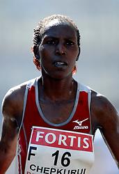 15-04-2007 ATLETIEK: FORTIS MARATHON: ROTTERDAM<br /> In Rotterdam werd zondag de 27e editie van de Marathon gehouden. De marathon werd rond de klok van 2 stilgelegd wegens de hitte en het grote aantal uitvallers / Florence Chepkurui  KEN - sponzen en water voor de Keniaanse Hitte<br /> ©2007-WWW.FOTOHOOGENDOORN.NL