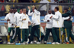 11.06.2010, Soccer City Stadium, Johannesburg, RSA, FIFA WM 2010, Südafrika vs Mexico im Bild South Africa's Head Coach Carlos Alberto Parreira celebrates with the bench as his side go 1-0 up, South Africa v Mexico, EXPA Pictures © 2010, PhotoCredit: EXPA/ IPS/ Mark Atkins / SPORTIDA PHOTO AGENCY