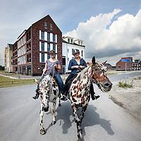 Nederland, Almere Hout , 28 juni 2014.<br /> Almere Nobelhorst, een nieuwe bouwlocatie waar uiteindelijk 5000 woningen moeten verrijzen, maar waar nu nog maar een paar blokken staan, min of meer desolaat in het niets. De bewoners pionieren er als in de eerste dagen van het bestaan van Almere.<br /> Almere viert haar dertig jaar bestaan..  De groei van Almere stagneert, maar dat allerlei kleinschalige (zelfbouw-)projecten waarin toekomstige bewoners zelf veel inbreng hebben nog wel doorgaan.<br /> Foto:Jean-Pierre Jans