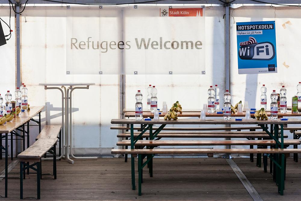 Koeln, DEU, 27.10.2015<br /> <br /> Ankunft eines Sonderzugs der Deutschen Bahn aus Passau mit rund 710 Fluechtlingen am Bahnhof des Koeln/Bonner Flughafens. Von hier aus werden die Menschen, die groesstenteils über die Balkan-Route nach Oesterreich gelangten, auf Erstunterbringungsstellen in Nordrhein-Westfalen verteilt.<br /> <br /> <br /> Foto: Bernd Lauter/berndlauter.com