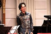 Uitreiking Méér Muziek in de Klas  Award Beste Ringtone door Wibi Soerjadi in het concertgebouw in Amsterdam. De kinderen componeerden zelf een ringtone die door een speciaal ensemble van het Metropole Orkest in het Concertgebouw zal worden gespeeld.<br /> <br /> Op de foto:  Wibi Soerjadi