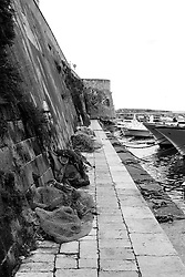 reti da pesca lungo la banchina del porto di gallipoli.
