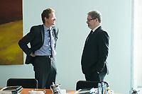 11 SEP 2013, BERLIN/GERMANY:<br /> Nikolaus Meyer-Landrut (R), Leiter der Abteilung 5 Europapolitik im Bundeskanzleramt, und Lars-Hendrik Roeller (L), Oekonom, Leiter der Abteilung 4 Wirtschafts- und Finanzpolitik im Bundeskanzleramt, im Gespraech, vor Beginn der Kabinettsitzung, Bundeskanzleramt<br /> IMAGE: 20130911-01-007<br /> KEYWORDS: Kabinett, Sitzung, Gespräch, Abteilungsleiter, Lars-Hendrik Röller