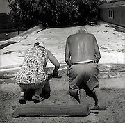 Bauersleute beim Arbeiten auf dem Hof. Paysan travaillant à la ferme. Schmitten, 2002. © Romano P. Riedo