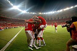 Rever comemora seu gol ao lado de companheiros de equipe em jogo contra o Emelec do Equador durante durante a Copa Libertadores da América, no estádio Beira Rio, em Porto Alegre, Brasil, em 04 de Março de 2015. FOTO: Jefferson Bernardes/ Agência Preview