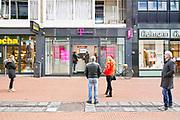 Nederland, Nijmegen, 30-3-2020  In de binnenstad van Nijmegen is het makrt. Die is open, maar er zijn maar weinig klanten en ook veel marktkooplui zijn niet gekomen. Sommogen hebben vakken gemaakt van afzetlint of bakken om de bezoekers te dwingen afstand van 1,5 ,anderhalve, meter te houden .