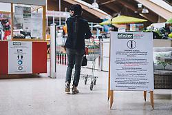 THEMENBILD - Hinweisschild mit den Sicherheitsmaßnahmen und einem Kunden in einem Baumarkt während der Corona Pandemie, aufgenommen am 14. April 2019 in Zell am See, Österreich // Information sign with the safety measures in a hardware store during the Corona Pandemic in Zell am See, Austria on 2020/04/14. EXPA Pictures © 2020, PhotoCredit: EXPA/ JFK
