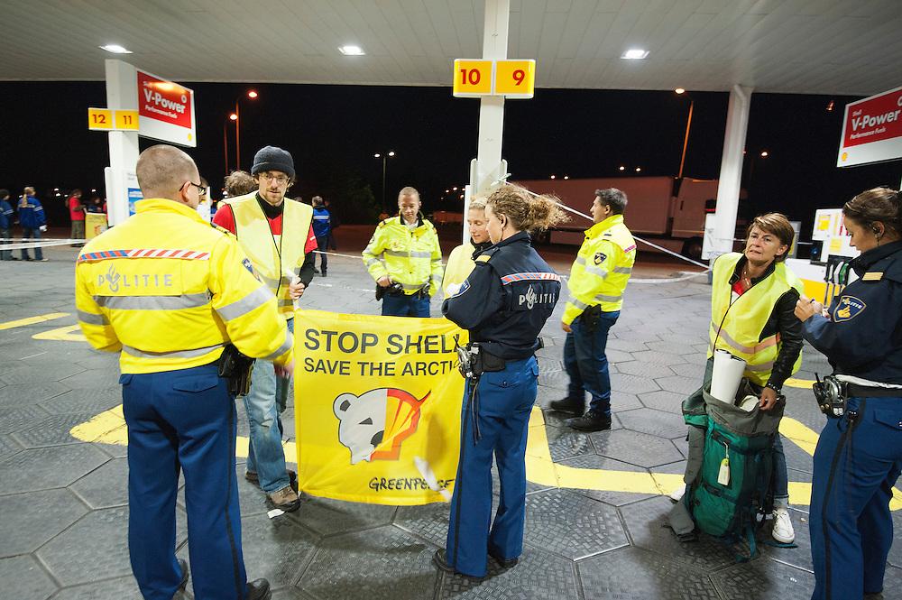 Nederland, Utrecht, 14 sep 2012.Actievoerders van Greenpeace sloten vandaag 72 shell benzinestations af zodat er niet meer getankt kon worden. Hiermee protesteert Greenpeace tegen de boringen in het noordpoolgebied. De kans op ongelukken -milieurampen- in dit gebied is groot..Foto(c): Michiel Wijnbergh