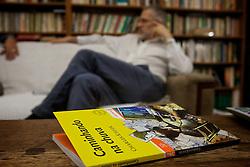 Charles Kiefer é natural de Três de Maio (RS). Estreou na ficção em 1982 com Caminhando na Chuva, novela de temática adolescente que, em 16ª edições vendeu 100.000 exemplares. Entre outras atividades, leciona para outros escritores. FOTO: Lucas Uebel/Preview.com<br />  <br /> <br /> <br />  <br />  Jefferson Bernardes