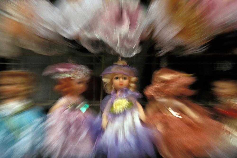 Julio 2005. Muñecas chinas expuestas en un mercado de Shanghai.