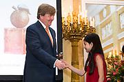 Zijne Majesteit de Koning reikt op donderdagochtend 18 mei de Appeltjes van Oranje uit op Paleis Noordeinde in Den Haag. De prijzen worden dit jaar toegekend aan drie sociale initiatieven die zich inzetten voor kwetsbare kinderen. <br /> <br /> His Majesty the King opens the Apples of Orange on Thursday morning 18 May at Noordeinde Palace in The Hague. The prizes are awarded this year to three social initiatives dedicated to vulnerable children.<br /> <br /> op de foto / on the photo: Ervaringsmaatjes van Stichting Informele Zorg (SIZ) Twente, Stichting Buurtgezinnen.nl en Stichting Weekend Academie. Leontine Bibo, oprichter van Buurtgezinnen neemt het Appeltje van Oranje in ontvangst van Koning Willem Alexander<br /> <br /> Experiences from Stichting Informele Zorg (SIZ) Twente, Stichting Buurtgezinnen.nl and Stichting Weekend Academie. Leontine Bibo, founder of Neighborhood Families takes the Orange of Orange in the reception of King Willem Alexander