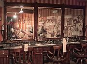 """Kraków, 2018-09-06. Salon fryzjerski, fragment stałej ekspozycji. Fabryka """"Emalia"""" Oskara Schindlera – fabryka założona w 1937 jako miejsce produkcji wyrobów emaliowanych i blaszanych. Wydzierżawiona, a potem przejęta przez niemieckiego przedsiębiorcę Oskara Schindlera w 1939, Schindler zatrudniał w niej zagrożonych eksterminacją Żydów. Aktualnie w dawnym budynku administracyjnym Fabryki Emalia Oskara Schindlera przy ul. Lipowej 4 mieści się wystawa """"Kraków – czas okupacji 1939–1945"""" dokumentującej okres niemieckiej okupacji miasta w latach 1939-1945."""