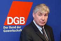 05 MAR 2002, BERLIN/GERMANY:<br /> Michael Sommer, Stellv. Vorsitzender der Gewerkschaft ver.di, waehrend einer Pressekonferenz zur Bekanntgabe seiner Kandidatur als Vorsitzender des Deuschen Gewerkschaftsbundes, DGB<br /> IMAGE: 20020305-01-001