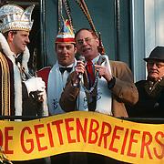 Burgemeester Hendriks van Llaren ontvangt de carnavalsvereniging de Geitenbreiers