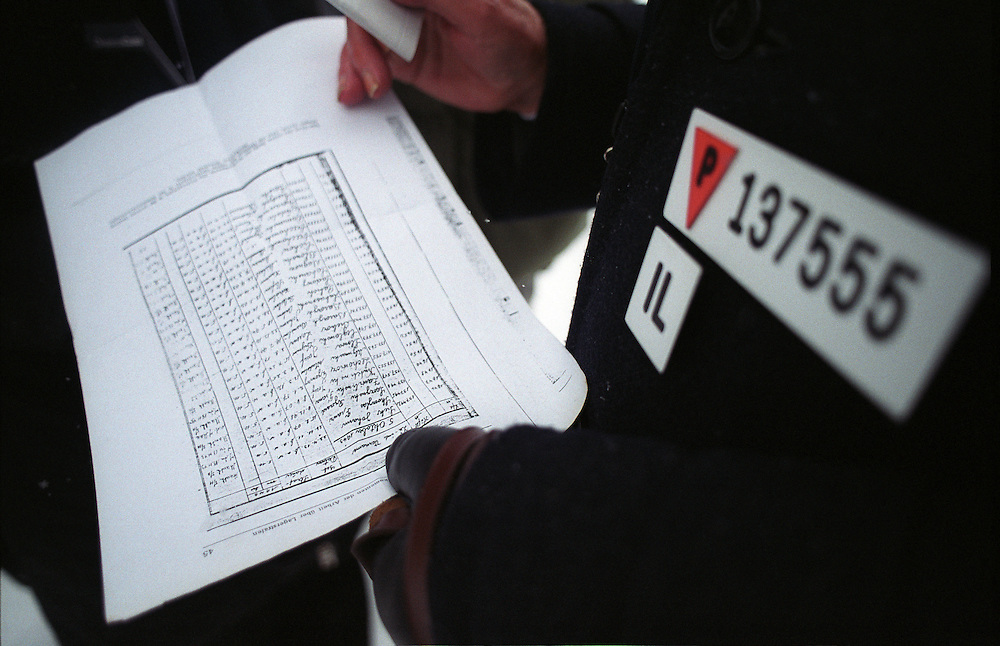 Der polnische Auschwitz-Überlebende Dionizy Lechowicz vor seiner Teilnahme an den Gedenkfeiern zur 60. Jährigen Befreiung des Konzentrationslager Auschwitz durch die Rote Armee am 27.01.1945. Lechowicz wurde am 02.01.1917 geboren, und war im Todestrakt von Auschwitz Birkenau gefangen. Lechowicz hält die Kopie eines Gefangenverzeichnisses in seinen Händen, auf welchem auch er eingetragen ist. Datiert ist dieses Papier vom 5. Oktober 1943...Auschwitz Birkenau am 27.01.2005