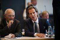 DEU, Deutschland, Germany, Berlin, 09.10.2018: Bundestagspräsident Wolfgang Schäuble und Olav Gutting (MdB, CDU) vor Beginn der Fraktionssitzung der CDU/CSU. Gutting bewirbt sich um einen Posten als Vize-Vorsitzender der Unionsfraktion.