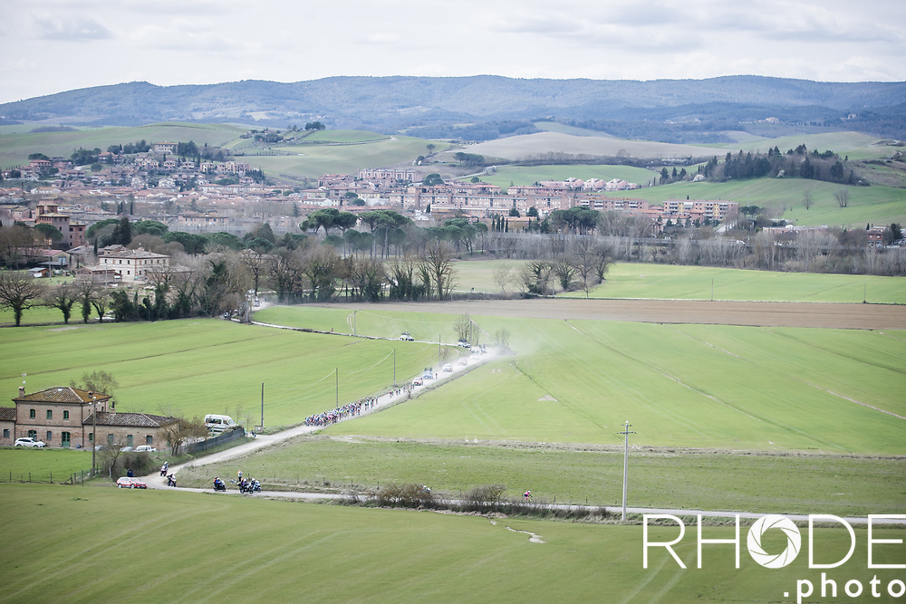 peloton riding through the iconic Tuscany scenery. <br /> <br /> <br /> 7th Strade Bianche Women Elite <br /> Siena > Siena 136km<br /> <br /> ©RhodePhoto