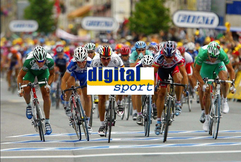 Sykkel<br /> Tour de France 2003<br /> Foto: Photo News/Digitalsport<br /> <br /> Norway Only<br /> <br /> Thor Hushovd - Norge<br /> <br /> <br /> BORDEAUX - SAINT-MAIXENT-L'ECOLE 23/07/2003<br />THOR HUSHOVD / DANIELE DI LUCA / ERIK ZABEL / ROBBIE MC EWEN / BADEN COOKE<br />18 EME ETAPE BORDEAUX - SAINT-MAIXENT-L'ECOLE (203,5 KM)<br />TOUR DE FRANCE 2003<br />PICTURE BY ERIC LALMAND<br />MOTARD : PIERRE VELAERTS<br />© Copyright PHOTO NEWS