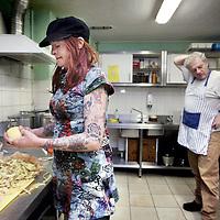 Nederland, Amsterdam , 24 maart 2014.<br /> Vrijwilligers staan te koken in de keuken van inloophuis Centrum PS.<br /> Centrum PS is een inloophuis van Stichting Volksbond Amsterdam. Het biedt werk en <br /> activiteiten voor en door mensen met beperkingen op verschillende levensgebieden. In een <br /> sfeer die participatie en eigen initiatief bevordert. <br /> <br /> <br /> Foto:Jean-Pierre Jans