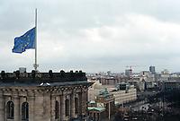 Berlin februar 2012.<br /> Euro-flagget på halv stang ved Riksdagen i Berlin. I bakgrunnen ser man Branderburger Tor.<br /> Foto: Svein Ove Ekornesvåg
