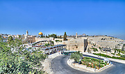 Israel, Jerusalem Old City, Temple mount. Dome of the Rock (Left) and Al-Aqsa Mosque (right) The wailing wall can be seen in between the two