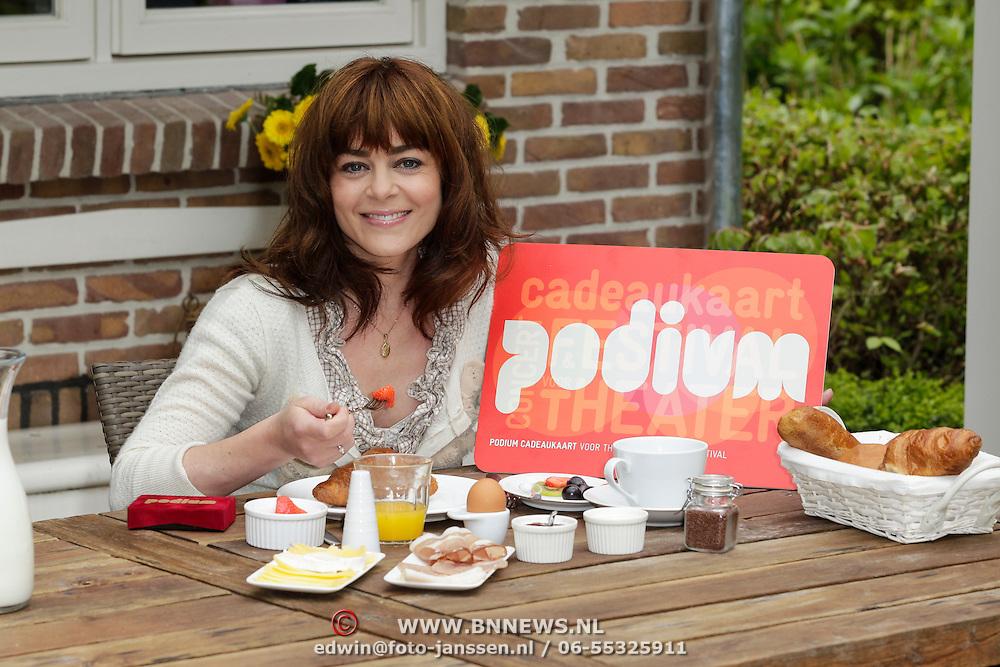 NLD/Naarden/20120511 - Moederdagontbijt voor Kim-Lian van der Meij