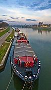 Barka na Wiśle przycumowana na wysokości kładki Bernatka, Kraków, Polska<br /> Barge on the Vistula River at the height of Bernatka, Cracow, Poland