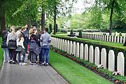 Nederland, Rhenen, 9-5-2019Morgen, 10 mei, is het 79 jaar geleden dat de tweede wereldoorlog in nederland begon met de inval van het Duitse leger. De militairen die tijdens die oorlog omkwamen liggen op de erebegraafplaats op de Grebbeberg. Onder hen een oom van de fotograaf, Arnold Willenborg, die op de eerste oorlogsdag van zijn motor werd geschoten bij de sluis van Heumen in het grensgebied bij Mook . De sluis verbindt de Maas met de Waal . MaasWaal kanaal . Op de foto krijgt een klas leerlingen van een basisschool uit Overijssel een rondleiding van een gids, vrijwilliger . Voorlichting,verhalen,bewustwording,jeugd,kinderen,jongeren,onderwijs.Foto: Flip Franssen