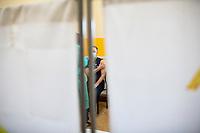 Gielczyn, woj. podlaskie, 05.05.2021. Punkt Szczepien Powszechnych w swietlicy wiejskiej. Jest to jeden z 29. PSP w woj. podlaskim. W punkcie mozna zaszczepic do 200 osob dziennie. N/z szczepienie w strefie szczepien fot Michal Kosc / AGENCJA WSCHOD