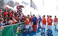AMSTELVEEN - Bloemigans met de spelers van Bloemendaal  na de EHL wedstrijd hockey tussen de mannen van Bloemendaal en Beeston (Eng.). Foto Koen Suyk