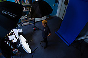 Teamleden van het tiende Human Power Team Delft en Amsterdam gaan in een studio op de foto. In september wil het Human Power Team Delft en Amsterdam, dat bestaat uit studenten van de TU Delft en de VU Amsterdam, tijdens de World Human Powered Speed Challenge in Nevada een poging doen het wereldrecord snelfietsen voor tandems te verbreken met de VeloX 10, een gestroomlijnde ligfiets. Het record staat sinds 2019 op 120,26 km/u<br /> <br /> Team members of the 10th Human Power Team having their portraits made in the studio. With the VeloX 10, a special recumbent bike, the Human Power Team Delft and Amsterdam, consisting of students of the TU Delft and the VU Amsterdam, also wants to set a new tandem world record cycling in September at the World Human Powered Speed Challenge in Nevada. The current speed record is 120,26 km/h, set in 2019.