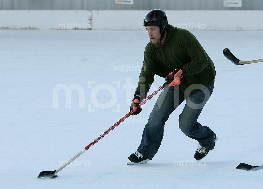 Ski Alpin; Saison 2006/2007  77. Weltcup Abfahrt Herren Ski Team Canada spielt gegen Ski Team USA Eishockey in Wengen. Bode Miller (USA) an der Scheibe