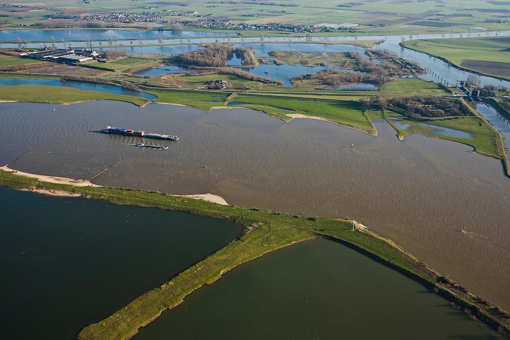 Nederland, Gelderland, Sint Andries, 11-02-2008; zicht op het Land van Maas en Waal (onder de Waal, boven de Maas); rechts: Kanaal van Sint Andries, met schutsluis; op deze plek, in de Gemeente Heerwaarden, naderen de twee rivieren elkaar het meest; duwbakvaart op de Waal; duwbak, St. Andries, .luchtfoto (toeslag); aerial photo (additional fee required); .foto Siebe Swart / photo Siebe Swart
