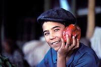 Chine, Province du Sinkiang (Xinjiang), Kashgar (Kashi), Bazar de la vieille ville, jeune garcon Ouigour // China, Sinkiang Province (Xinjiang),  Kashgar (Kashi), Old city bazar, Ouigour boy
