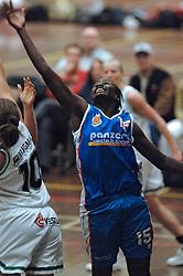 20-04-2005 BASKETBAL: LEVI - PERIK JUMPERS: AMSTERDAM<br /> Levi Amsterdam, wint de eerste playoff wedstrijd met 85-65 / Susan Ocitti<br /> ©2005-WWW.FOTOHOOGENDOORN.NL