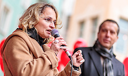 24.02.2018, Goldenes Dachl, Innsbruck, AUT, Landtagswahl in Tirol 2018, SPOe Wahlkampfschlussveranstaltung, im Bild v.l.: Spitzenkandidatin Elisabeth Blanik (SPOe), Bundesparteiobmann Christian Kern (SPOe) // during a campaign event of the SPOe Party for the State election in Tyrol 2018. Goldenes Dachl in Innsbruck, Austria on 2018/02/24. EXPA Pictures © 2018, PhotoCredit: EXPA/ JFK