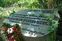 Okopy, podlaskie, 06.06.2010 N/z rodzinna wies ksiedza Jerzego Popieluszki ( urodzil sie tu w 1947 roku ) w dniu jego beatyfikacji; tablica poswiecona ksiedzu Jerzemu Popieluszce fot Michal Kosc / AGENCJA WSCHOD