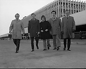 1972 - Irish Showjumping Team at Dublin Airport.    E8.