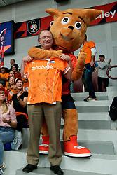 17-09-2019 NED: EC Volleyball 2019 Netherlands - Estonia, Amsterdam<br /> First round group D - Netherlands win 3-1 / Rabo club tribune, best volunteer