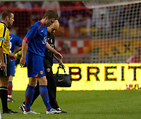 Photo: Daniel Hambury.<br />Ajax v Manchester United. Amsterdam Tournament. <br />05/08/2006.<br />Manchester's Michael Carrick leaves the pitch with an injury.