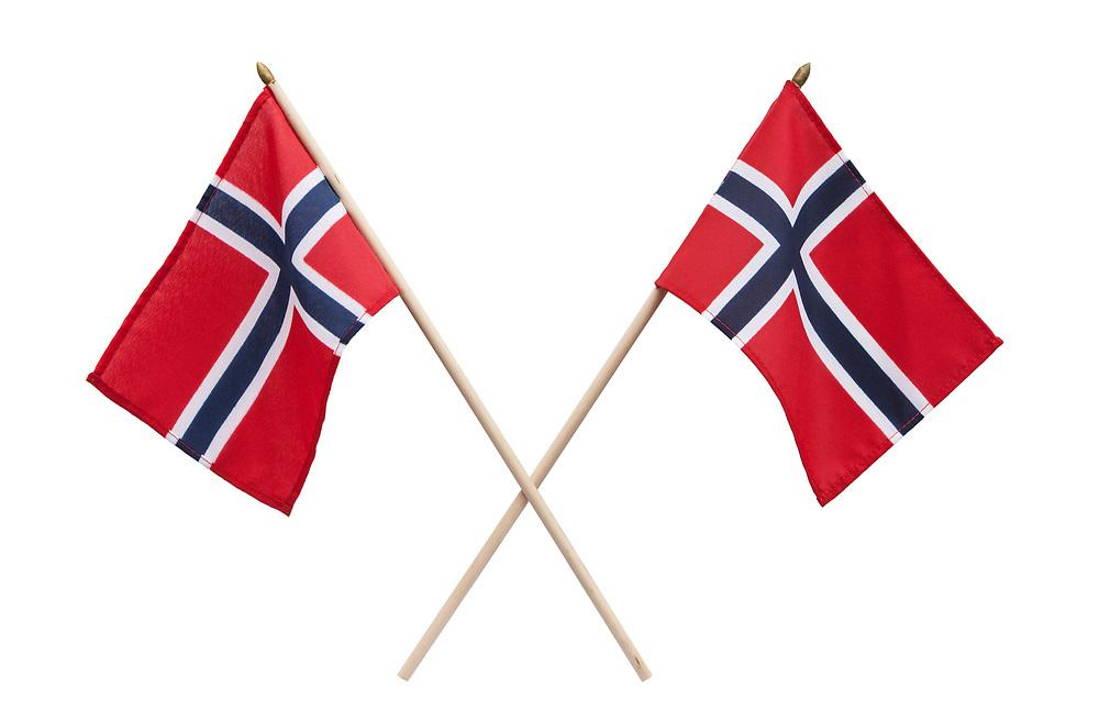To norske flagg i kryss, isolert mot hvit bakgrunn.