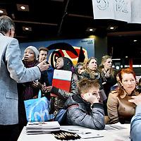 Nederland, Amsterdam , 6 april 2013..Scholieren gaan 'speeddaten' om de juiste middelbare school te vinden, nadat ze voor hun eerste keus zijn afgewezen. Van 12.00 tot 13.30 uur zijn de leerlingen met vmbo-advies aan de beurt, vanaf 13.30 uur de leerlingen met havo/vwo-advies. Dit alles in de Montesorieschool aan de Polderweg..Op de foto een tafel metscholieren met havo/vwo advies tijdens het speeddaten..Foto:Jean-Pierre Jans