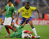 Fotbal, 19. juni 2005, Confederations Cup Mexico - Brasil , v.l. Zinha, Ramon Morales MEX, Robinho BRA